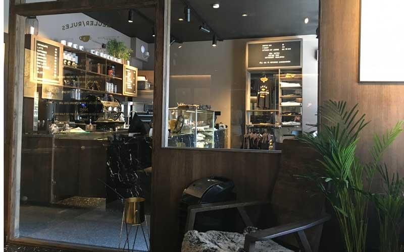 Blick vom Katzencafé in den Eingangsbereich mit Kuchentheke